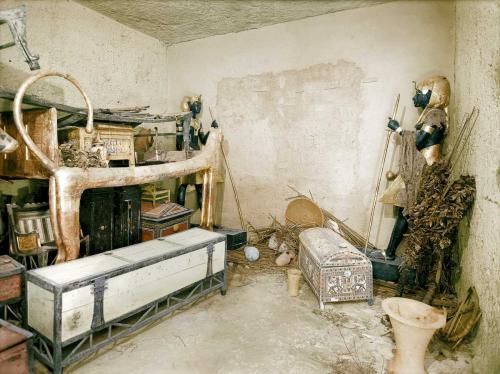 Декабрь 1922 года. Позолоченное ложе-лев и другие объекты в прихожей. Стена погребального покоя охраняется черными статуями Ка.