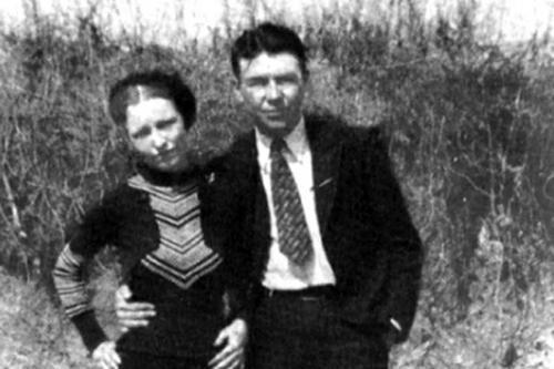 Однако с Клайдом их словно свела сама судьба: гангстеры пробыли вместе четыре года, вплоть до самой смерти. Бонни и Клайд были совсем молоды и одержимы страстью к жизни и опасности. Они совершили массу крупных и мелких грабежей, убийств и даже одно освободительное нападение на тюрьму.