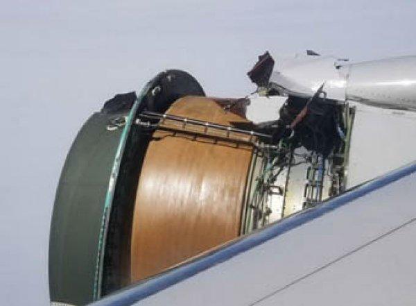 Пассажир снял на видео разрушающийся в полете двигатель