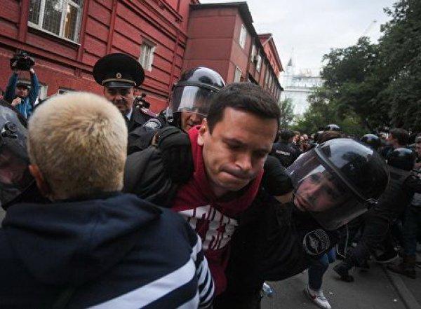 Полиция задержала Яшина и Соболь на акции у Мосгоризбиркома