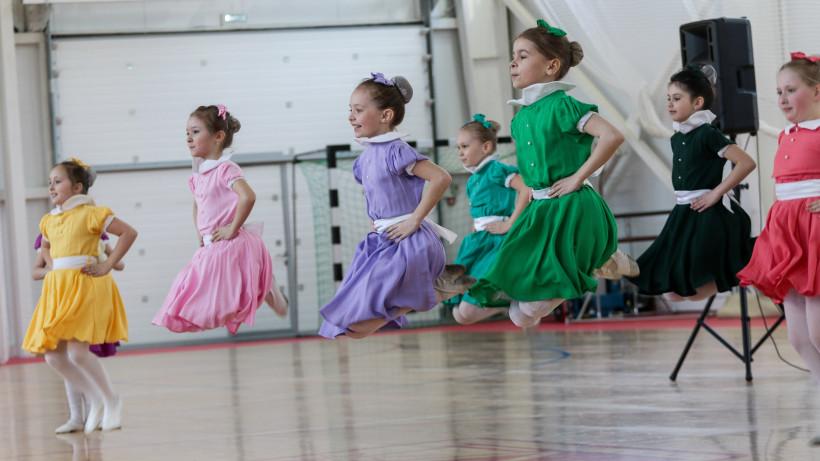 Девочки прыгают в танце