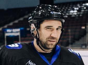 Российский хоккеист броском шайбы открыл бутылку воды