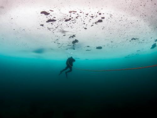 2. Мужчина в Новой Зеландии установил рекорд погружения на 70 метров под лед, задерживая дыхание на две с половиной минуты.