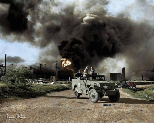 Вооруженные войска блокируют дорогу вблизи территории взрыва на нефтяном заводе в Техасе, 17 апреля 1947 года.