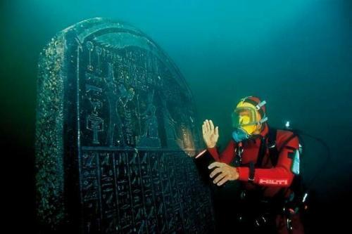 Гераклион — древний город в Египте Древнеегипетский город Гераклион, где, по преданию, короновали царицу Клеопатру, долгое время считался такой же легендой, как Атлантида, — пока археологи случайно не обнаружили его под водой в 2001 году.