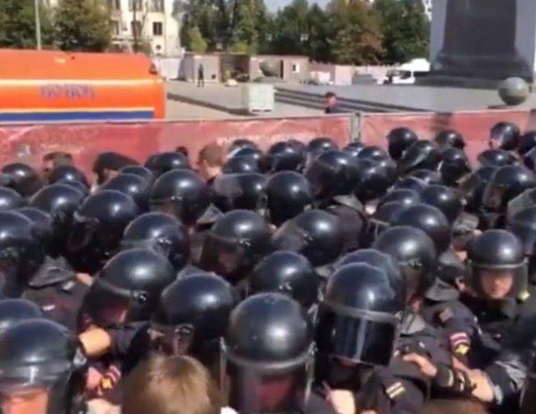 У мэрии Москвы задержано свыше 300 человек: полиция применила дубинки