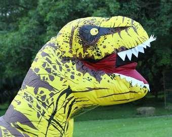 Забег офисных работников в костюмах динозавров прошел на ипподроме