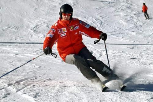 Михаэль Шумахер, 50 лет Трагедия произошла 29 декабря 2013 года. Шумахер отправился с 14-летним сыном и его друзьями отправился на курорт Мерибель во французских Альпах. Гонщик решил покататься в одиночку на неподготовленном склоне, где катаются опытные лыжники (к коим мог себя отнести Шумахер).