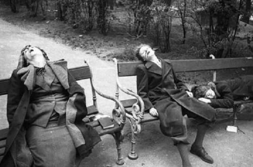 7. Город Деммин, Германия В 1945 году в результате паники, причиной которой было приближение Советской армии, произошло массовое самоубийство в городе Деммин, Германия. Жители города боялись пыток, изнасилований и расстрелов. Беженцы, которые искали убежище в городе, целыми семьями решили покончить жизнь самоубийством. Они вешались, резали вены, топились в реке и совершали самосожжение. Всего таким образом погибли 700-1000 человек. После этого случая Коммунистическая партия Восточной Германии законодательно запретила самоубийства. Тела всех погибших были похоронены в общей могиле, за которой впоследствии никто не ухаживал.