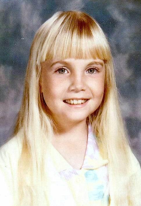 Хезер Мишель ОРурк(1975 — 1988) Звезда трилогии фильмов «Полтергейст» подавала большие надежды на великолепное актерское будущее. Девочка из бедной семьи начала работать моделью и актрисой еще когда ей было 3 года. К пяти годам малышка уже вовсю помогала своей семье, а позже даже купила им целый дом. У Спилберга юная актриса сыграла ключевую роль в трех фильмах «Полтергейст», но в основном она продолжала сниматься в рекламе и различных шоу, а не на большом экране. При рождении врачи поставили Хезер ошибочный диагноз, что и стало роковым моментом в ее жизни. Неправильно диагностированная болезнь Крона отвлекла внимание от реальной проблемы со здоровьем девочки — стеноза кишечника. Девочка умерла от остановки сердца во время операции, ей было 12 лет.