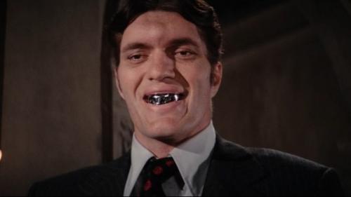 Ричард Кил (1939 — 2014) Ричард правильно выбрал свою профессию, ведь актера с такой выдающейся внешностью зритель уж точно должен запомнить. Так и случилось! Самая яркая роль Кила — Челюсти из Бондианы. Он появляется в двух эпизодах: «Шпион, который меня любил» (1977) и «Лунный гонщик» (1979). Всего на счету Ричарда более 70-ти фильмов и ТВ-сериалов. В возрасте 75-лет актер скоропостижно скончался в одной из больниц города Фресно от инфаркта миокарда на фоне хронической коронарной недостаточности.