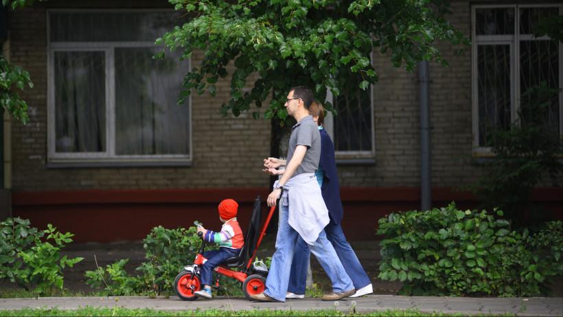 Семья с ребенком на прогулке