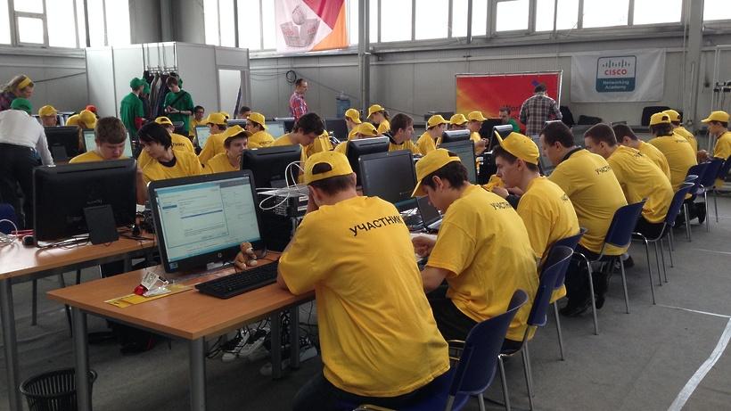 Команда на соревнованиях WorldSkills выполняет задания за компьютерами
