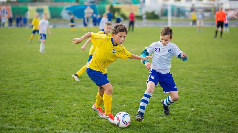 Легенды российского футбола сыграли с детьми на открытии стадиона в Шаховской
