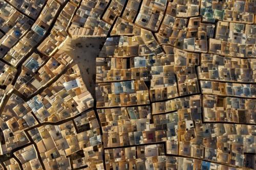 Победитель в категории «Город». «Бени Исгуен». Автор фото: Джордж Штайнмец. В кадре запечатлен Бени Исгуен, самый прекрасно сохранившийся из древних горных городищ в Гардае, Алжир, объект Всемирного наследия ЮНЕСКО. Жители старательно ухаживают за своими старинными домами, крыши которых зачастую огорожены и служат для стирки и сна на открытом воздухе в жаркие ночи Сахары.