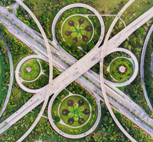 Финалист в категории «Город». «Вальс эстакады». Автор фото: Минг Ли. Только с воздуха можно показать абсолютную симметрию эстакады, которая идеально сочетается с окружающими клумбами. Фошань, провинция Гуандун, Китай.