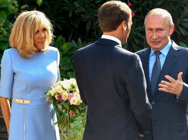 Макрон причинил боль жене на глазах у Путина (ВИДЕО)