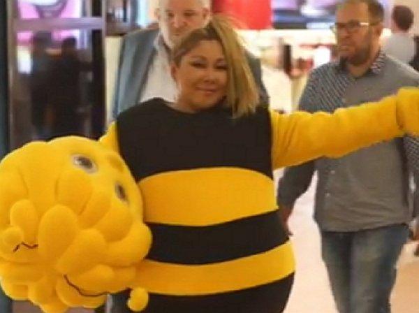 «Пчёлка Цойка к полёту готова»: Анита Цой ради батла пошла на «смерть» в костюме пчелы