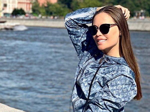 «Проказница»: Михалкова из «Уральских пельменей» в пальто на голое тело произвела фурор