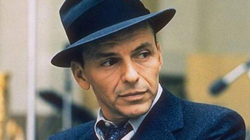 Некоторые издания утверждают, что Синатра сам предложил свою кандидатуру на роль шпиона для Федерального Бюро Расследований, так как считал, что его популярность станет отличным прикрытием.