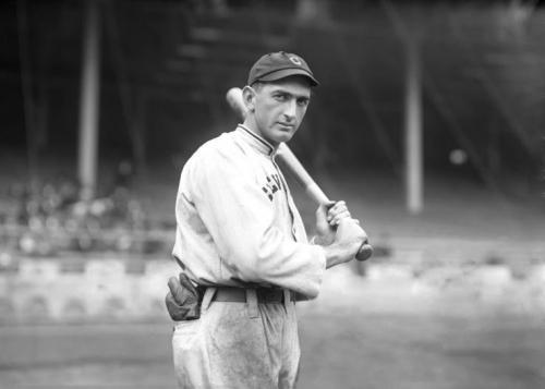 9. Бейсбольная бита «Босоногого» Джо Джексона – 577 610 долларов Джозеф Джексон (Joseph Jackson) был аутфилдером Главной лиги бейсбола, который отлично выступал на поле, но его 12-летняя карьера резко прервалась. Джексон, по слухам, был связан со скандалом Black Sox, когда члены Чикагского White Sox преднамеренно проиграли Чемпионат World Series 1919 года. Хотя Джексона и других участников оправдали, они получили пожизненный запрет от Главной Лиги бейсбола. Бейсбольная бита Джексона была продана на eBay за 577 610 долларов Робу Митчеллу (Rob Mitchell), владельцу маркетинговой компании.