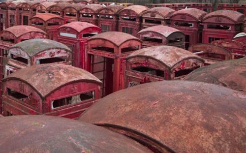 Традиционные красные телефонные будки понемногу убирают с британских улиц. Отслужив свое, будки попадают в ремонтный двор около поселка Мерстем в графстве Суррей. Работники реставрационной службы стирают с них старую краску, заново красят в строго прописанный оттенок красного и вставляют новые стекла. После этого будки пакуют в деревянные ящики и отправляют покупателям: часть из них уже уехали в Грецию, Австралию, Италию, Францию, Швейцарию, Абу-Даби и США.