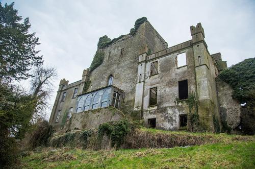 Замок Лип, Ирландия В коридорах замка Лип ты можешь услышать шуршание ботинок — по легенде это бродят заблудшие души, которых погубило семейство О'Кэрролл. Они приглашали своих врагов на «примирительный» обед к себе домой, где с гостями расправлялись наёмные солдаты. Во время реставрации замка в 1920-х годах рабочие нашли темницу с кольями. В ней обнаружили останки 150 человек.