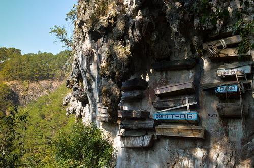 Висячие гробы Сагады, Филиппины Обычно Филиппины ассоциируются с серфингом и великолепным пляжным отдыхом. Но и любителям мистики стоит посетить эту страну. В отличие от всего остального мира, местные жители уже более двух тысяч лет не закапывают гробы под землю, а хоронят умерших в «висячих гробах» — по древнему погребальному обычаю. Считается, что чем выше гроб, тем счастливее душа будет на том свете, поэтому их располагают на высоких (до 100 м) скальных уступах и пещерах.