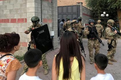 Штурм дома Атамбаева: десятки людей ранены, погиб боец спецназа