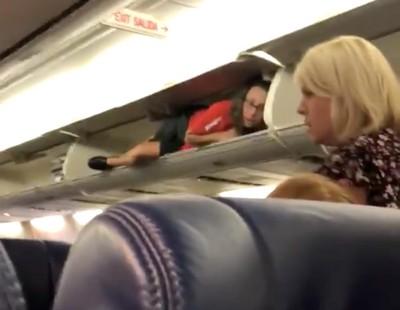 Стюардесса шокировала пассажиров, неудачно пошутив перед полетом
