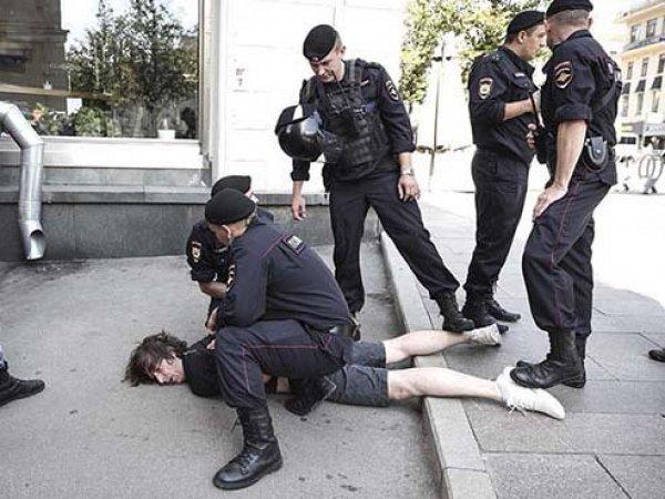В Москве завели дело на дизайнера, которому ОМОН сломал ногу перед митингом 27 июля