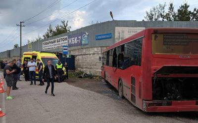 В Перми автобус врезался в стену: один погибший, 32 ранены