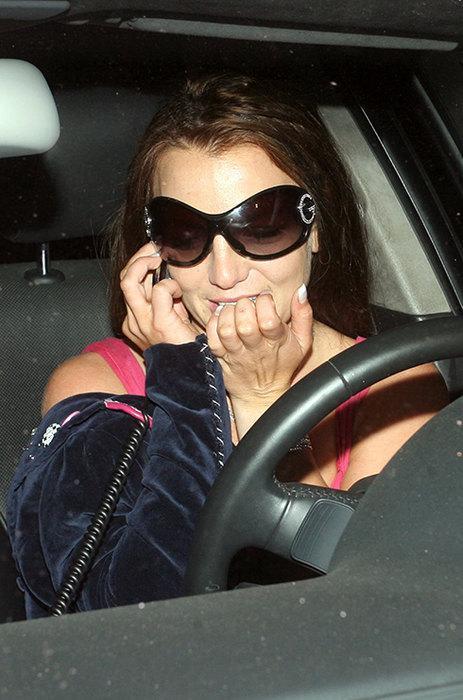 Бритни Спирс С маникюром у Бритни Спирс часто происходит какая-то печаль-беда: то ноготь отклеится, то кожа вокруг пластины вся надкусана. В 2012 году певица приняла участие в шоу X-Factor и так искусала ногти, что у неё пошла кровь. Видимо, нервы Бритни были на пределе.