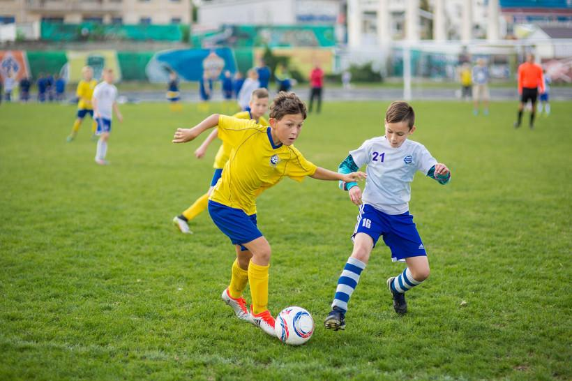 Звёзды футбола сыграли с детьми на открытии стадиона в Шаховской