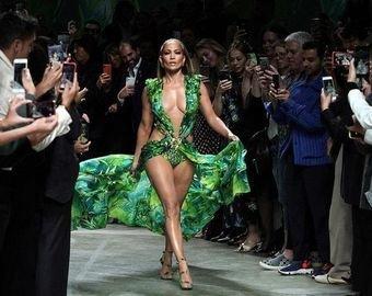50-летняя Дженнифер Лопес прошла по подиуму в платье, которое носила 20 лет назад