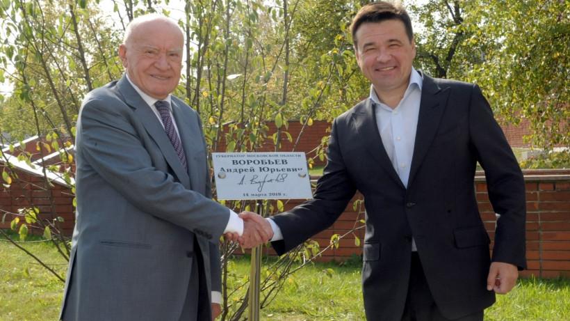 Андрей Воробьев и Лео Бокерия посадили яблоню у главного корпуса центра имени Бакулева