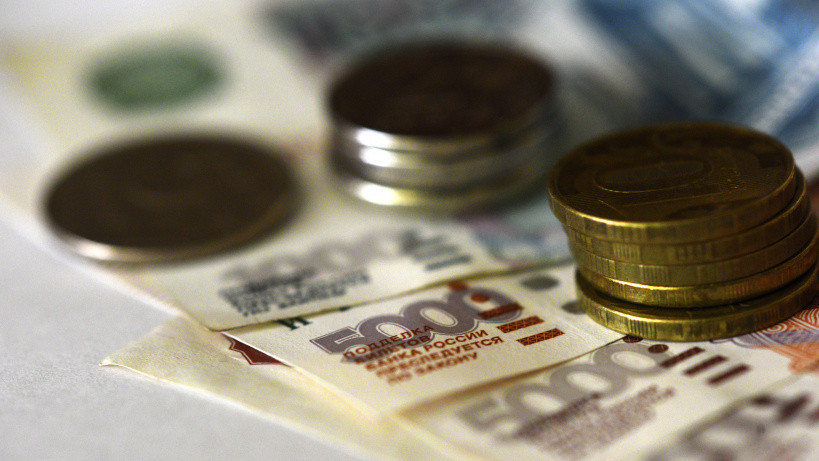 Денежные купюры рублей и монеты.