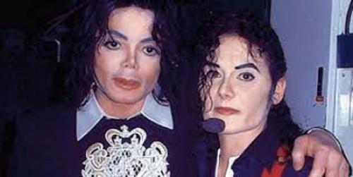Мать троих детей неплохо зарабатывает на полученном сходстве. Микки стала первой англичанкой, которая профессионально подражает Джексону на сцене и зарабатывает при этом $25 тыс. в год.