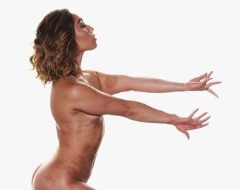 """Гимнастка, покорившая интернет шпагатом, обнародовала свои """"голые"""" фото"""