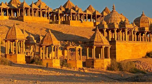 Джайсалмер Индия Все больше и больше туристов, очарованных непосредственной близостью исторического форта, решают скоротать месяц-два в Джайсалмере. Но инфраструктура небольшого города просто не рассчитана на такое количество людей.