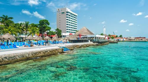 Косумель Мексика Когда-то город да и сам остров были известны благодаря нетронутой красоте местной природы. Естественно, сотни тысяч туристов мечтали приобщиться к этой красоте лично, и вот теперь более богатый чем когда-либо остров рискует превратиться в настоящую свалку.