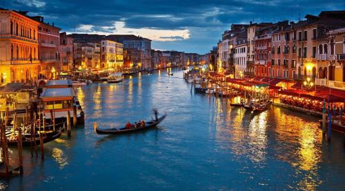 Венеция Италия Индустрия туризма здесь просто захватила город. Насколько это плохо? Ну, за последние 30 лет Венеция потеряла половину своего постоянного населения. Весь город стал огромной туристической ловушкой.