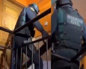 Испанские спецназовцы с трудом выломали дверь и насмешили интернет-пользователей