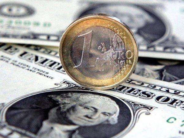 Эксперты: курсы доллара и евро на грани падения ниже важных уровней