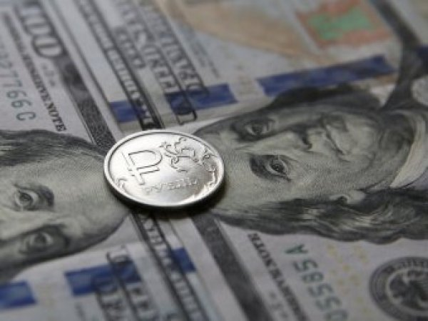 Эксперты раскрыли причину необычного поведения курса рубля