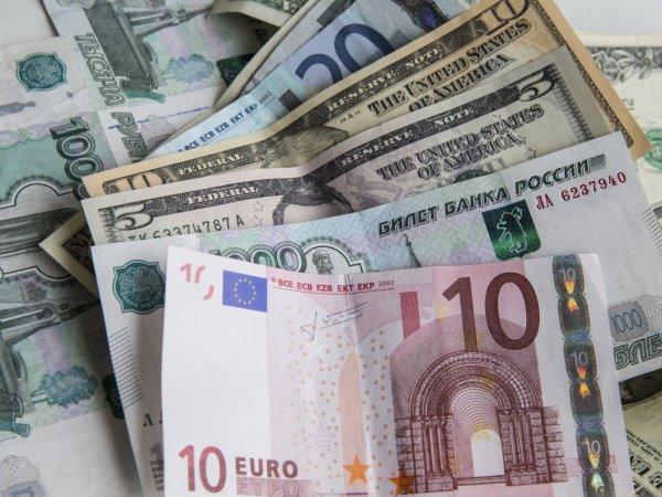 Эксперты рассказали, до каких пределов может взлететь курс доллара и упасть евро