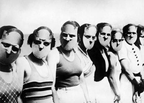 Мисс прекрасные глаза - 1930 год Чтобы ничего не отвлекало судей от главной задачи — оценки красоты глаз, конкурсантки надевали такие маски. Никаких оценочных суждений в целом по поводу лица участниц благодаря этому не было.