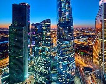 Канатоходец прошел на огромной высоте между небоскребами Москва-Сити