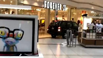 Лихач на Chevrolet разгромил торговый центр