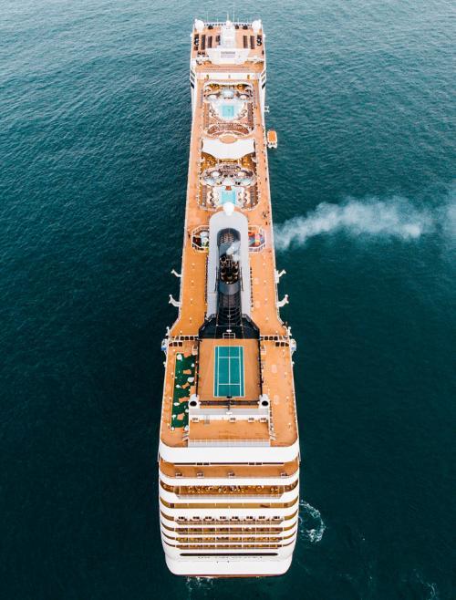 Круизный катер посещал гавань недалеко от его родного города. (Фото above_and_beyond_visuals):